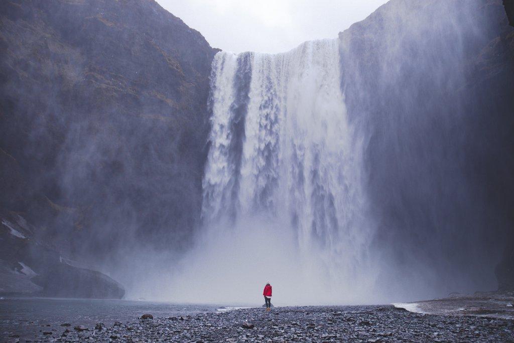 Line vor dem ca. 60 Meter hohen Skogafoss Wasserfall.