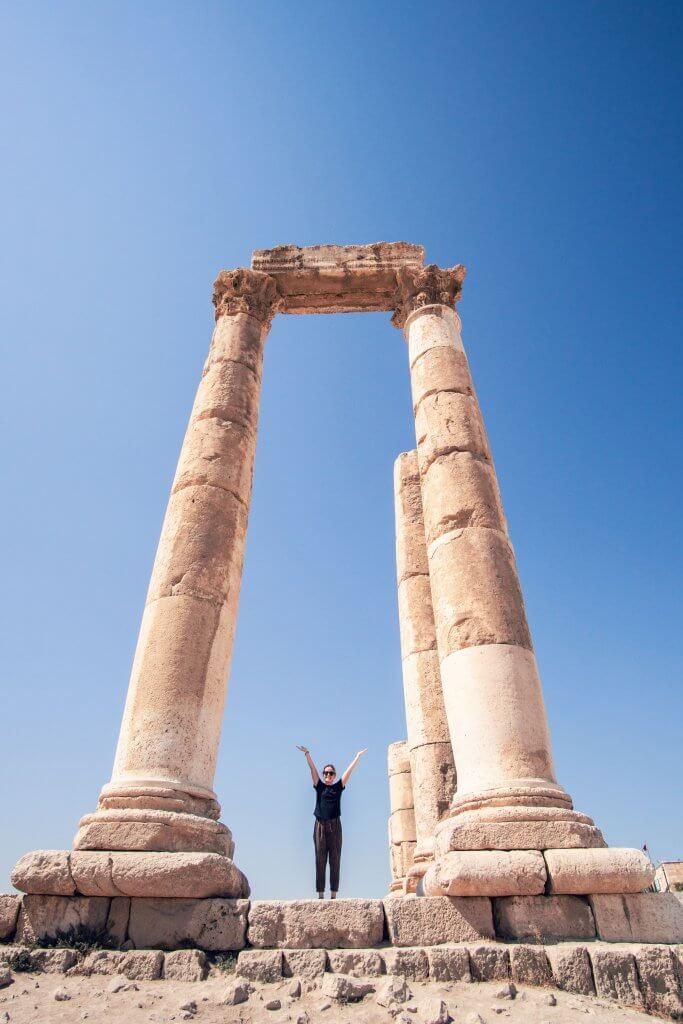 Maria zwischen zwei Säulen des Tempel des Herkules in Jordanien.