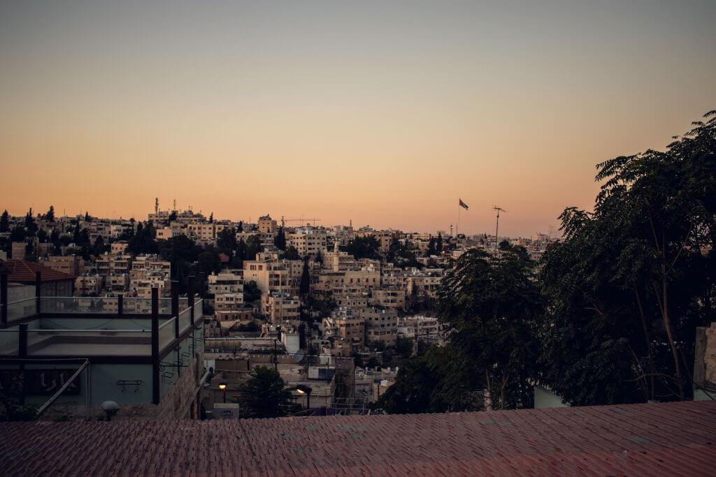 Blick auf die Stadt Amman Jerash bei Abenddämmerung.