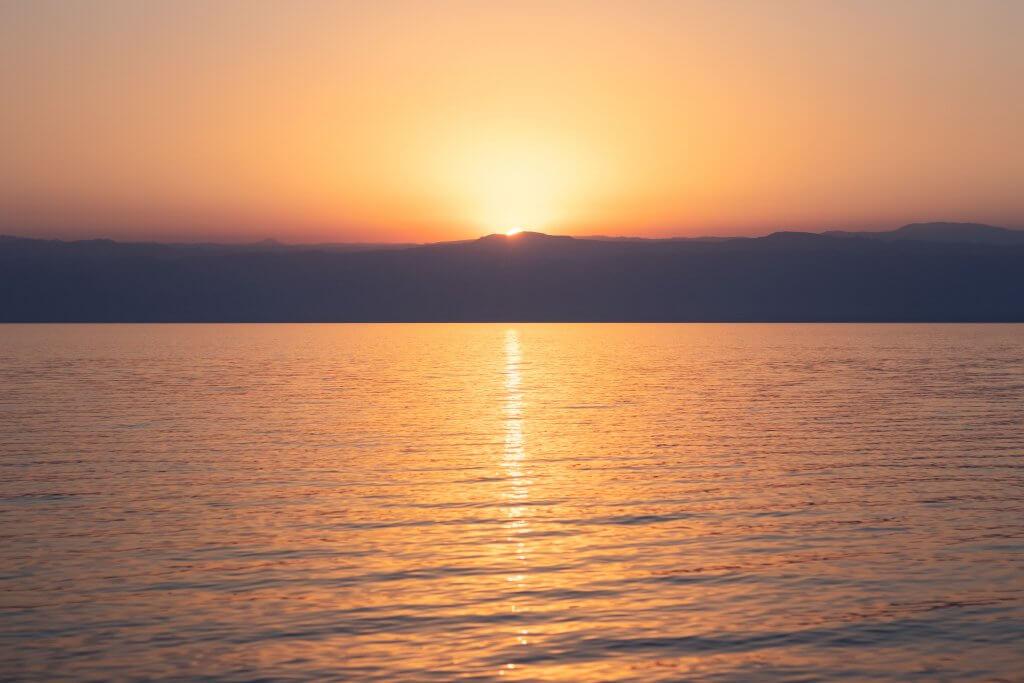 Sonnenuntergang über dem Toten Meer.