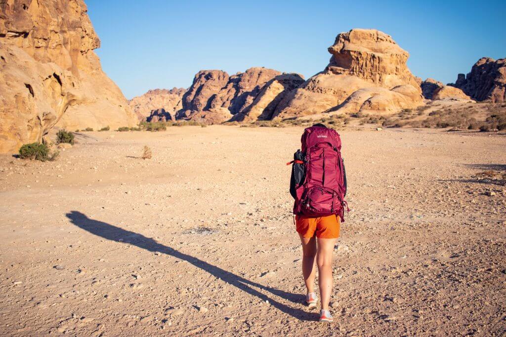Maria mit ihrem Yukon Reiserucksack in der Wüste nahe der Stadt Petra.