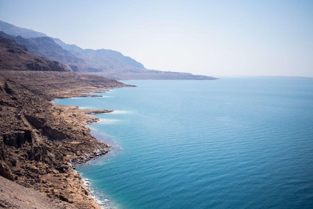 Blick auf das Tote Meer in Jordanien. Links die Küste, rechts das türkis-blaues Meer.