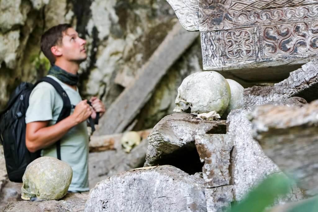 Inmitten 700 Jahre alter Grabhöhlen der Toraja-Kultur.