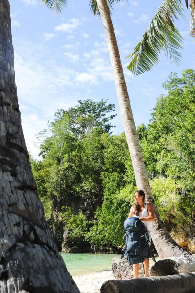 Rundreise Sulawesi - Backpack ablegen, ankommen, rein ins Meer.