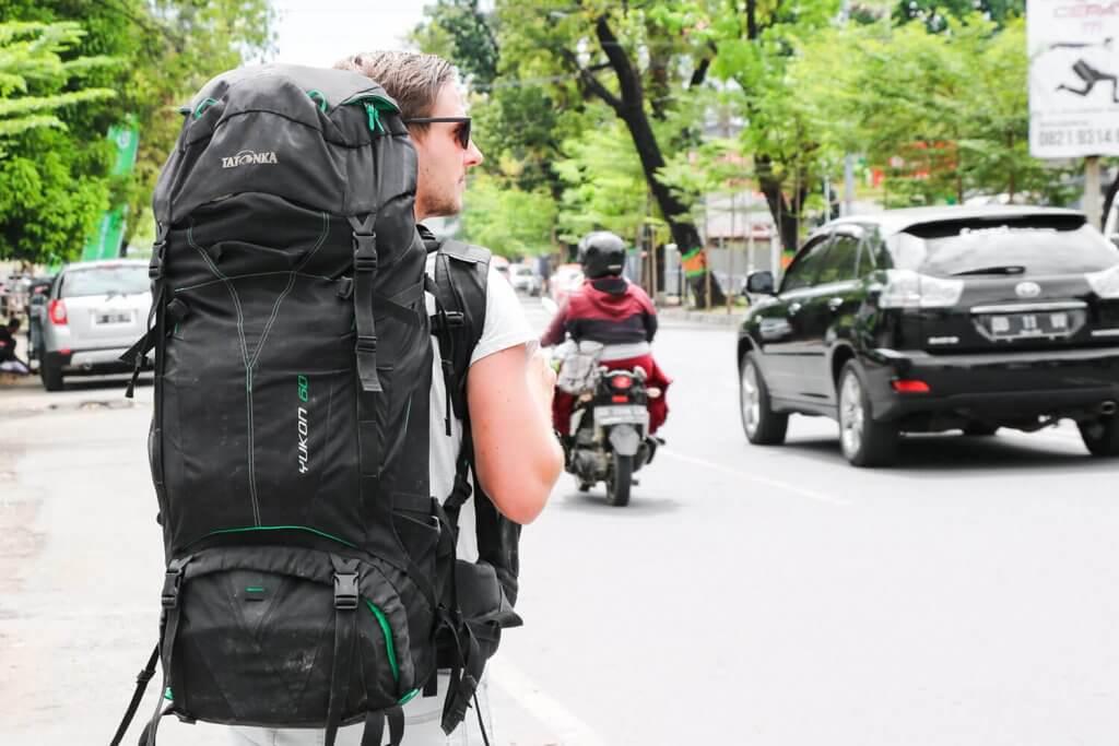 Daniel mit seinem Tatonka-Rucksack auf dem Rücken in Sulawesis Hauptstadt Makassar.