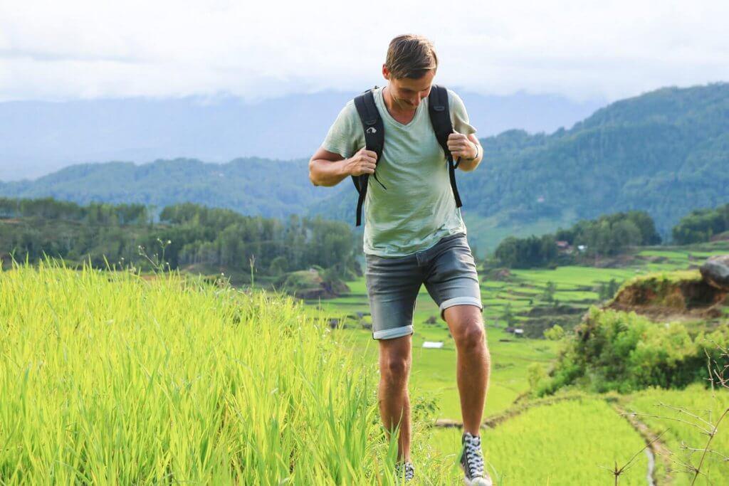 Daniel zwischen Reisfeldern in der Nähe von Rantepao auf Sulawesi.