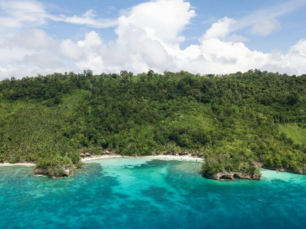 Rundreise Sulawesi - Die Togian Inseln mit Strand von oben.
