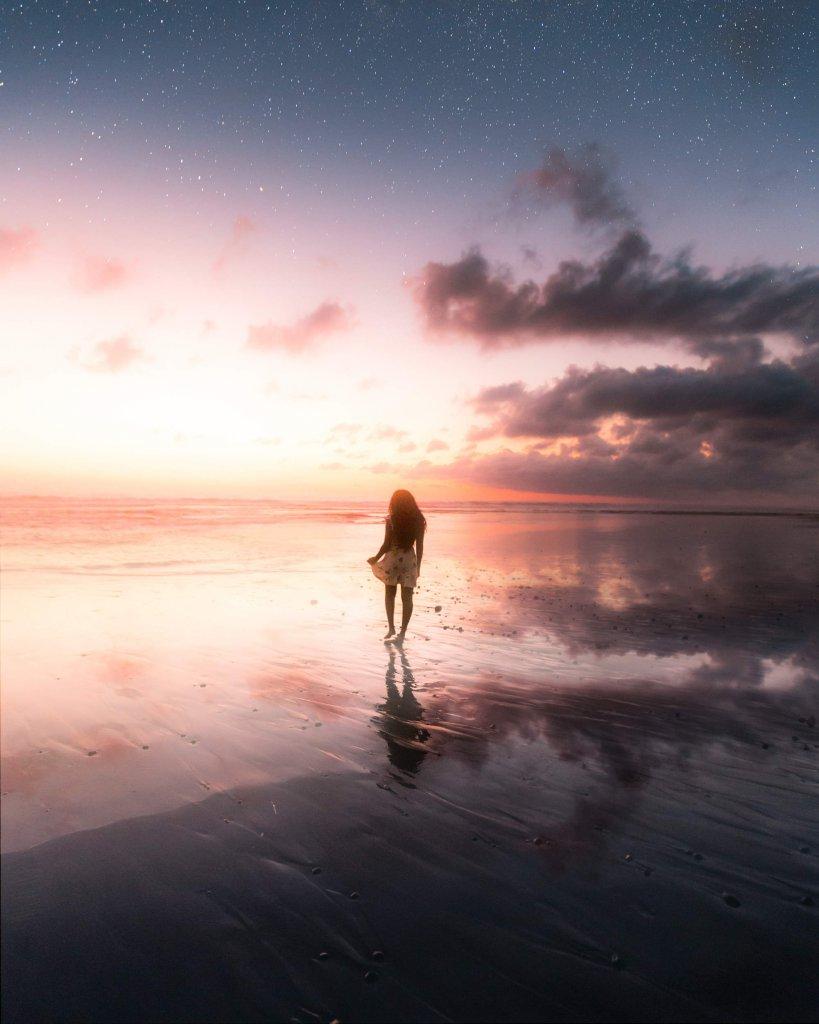 Sonnenuntergang am Pasut Beach im Süden von Bali, Indonesien.
