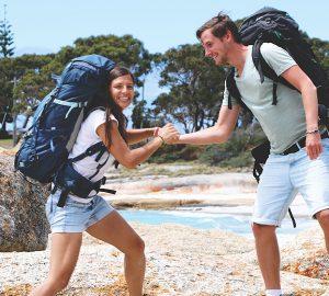 Ania und Daniel vom Blog Geh-Mal-Reisen.de auf Tasmanien, das zu Australien gehört. Hier mit ihren beiden Yukon Rucksäcken.