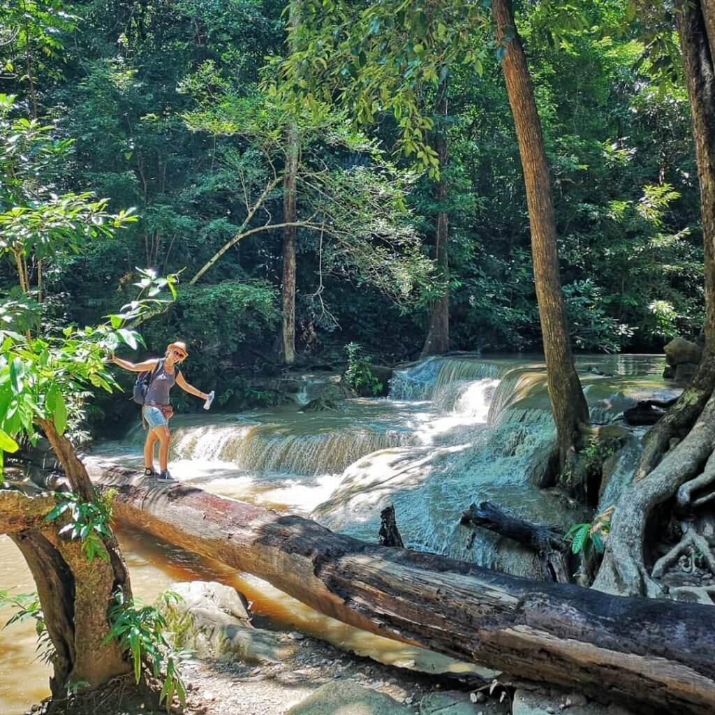Nicole an einem kleinen Wasserfall im Srinakarin Nationalpark bei Kanchanaburi, Thailand.