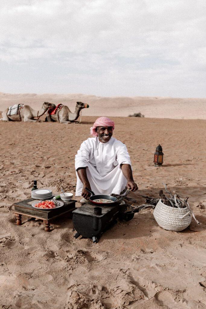 Beduine beim Kochen in der Wahiba Sands Wüste im Oman.