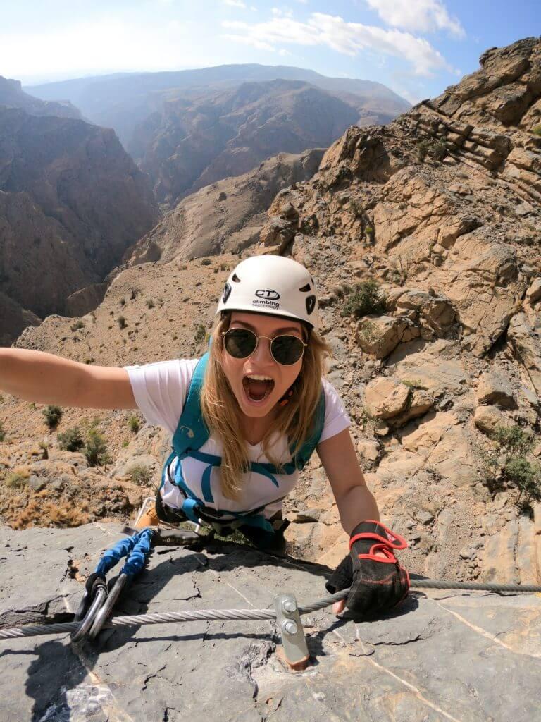 Joanna am Klettersteig des Jebel Akhdar Gebirges im Oman.
