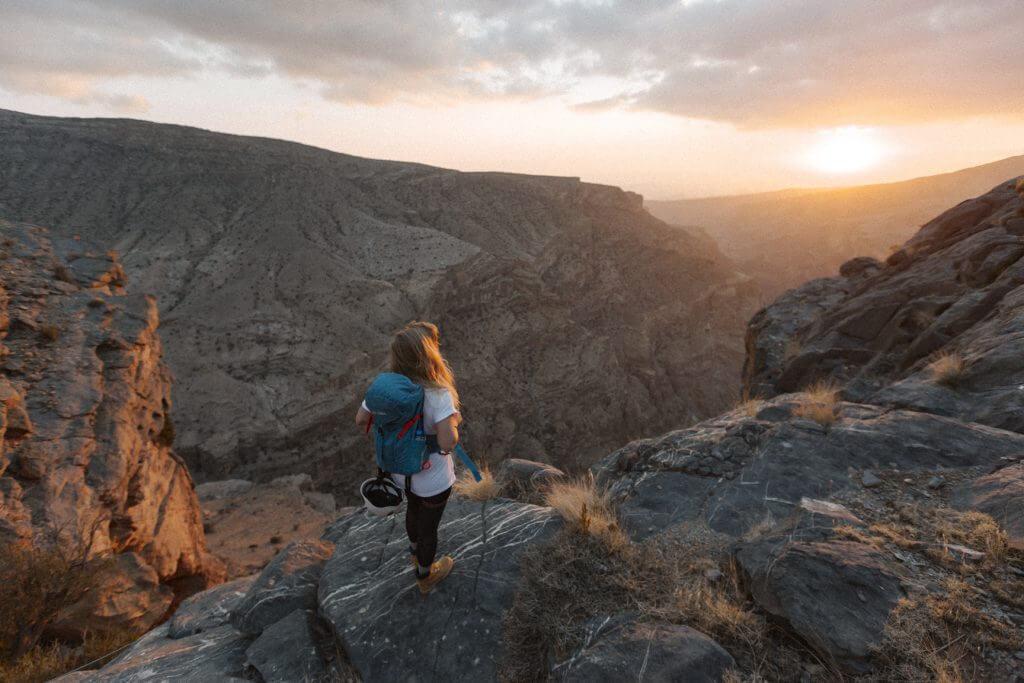 Grand Canyon des Oman - Nach dem anstrengenden Aufstieg genießt Joanna den Sonnenuntergang über dem Jebel Akhdar Gebirge.