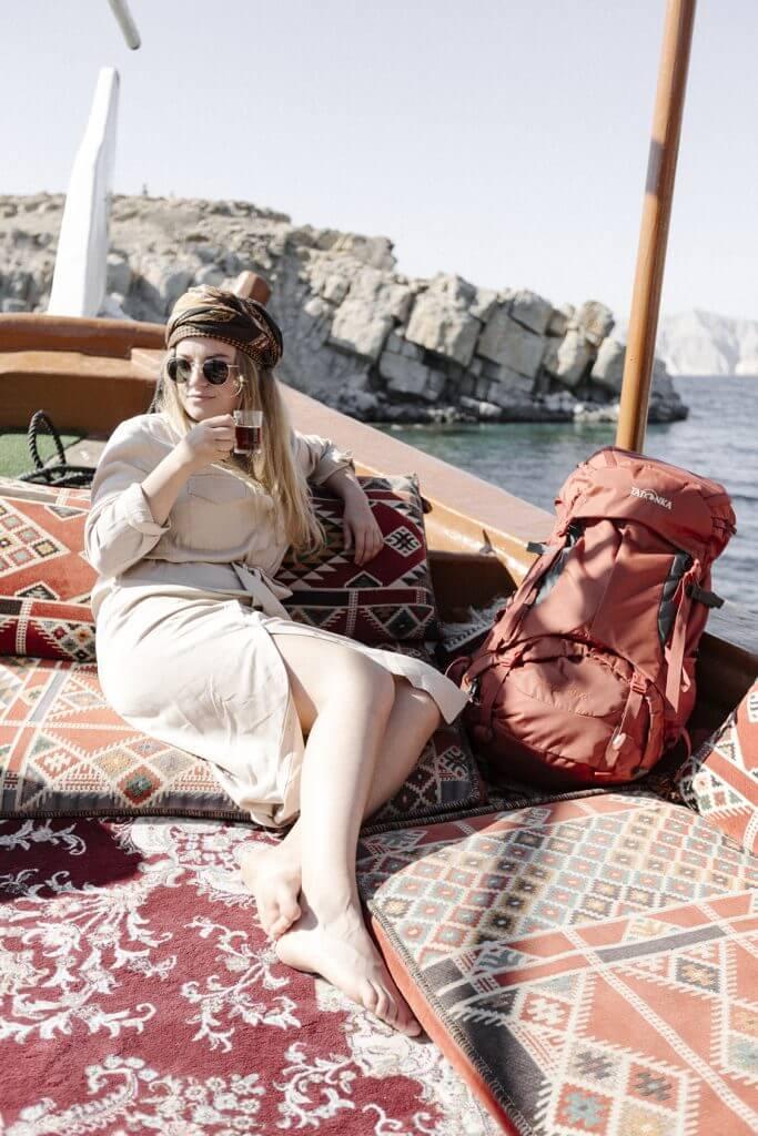 Joanna genießt ein Glas süßen Schwarztees auf einem traditionellen arabischen Schiffs – dem Dhau.