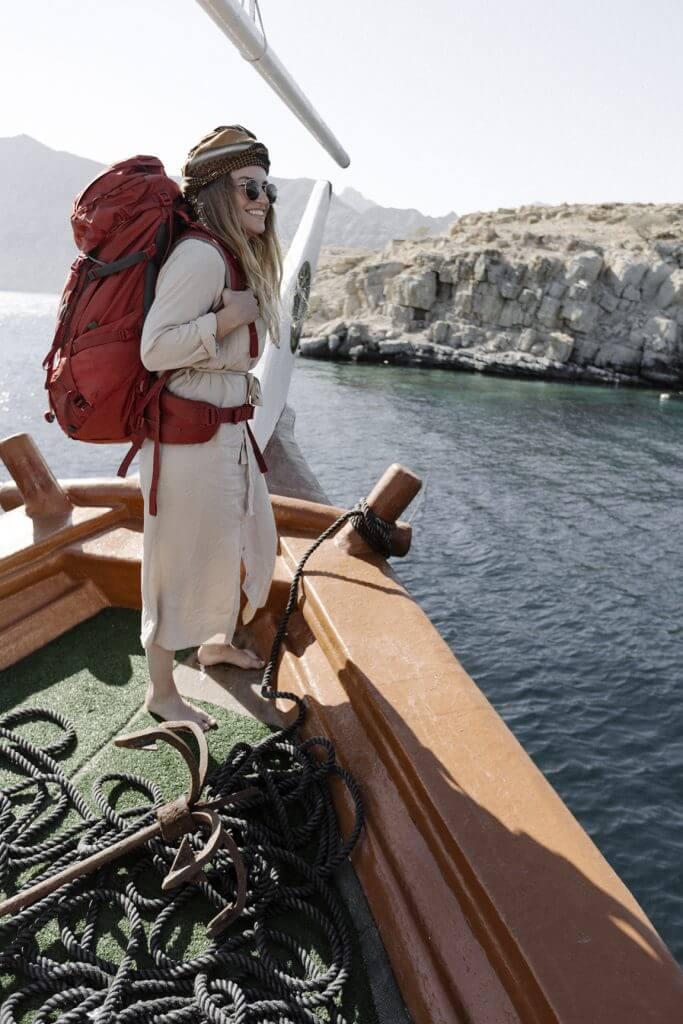 Joanna auf einem Dhau, einem traditionellen arabischen Schiff.