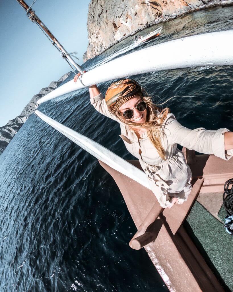 Joanna am Heck eines Dhaus, ein traditionelles arabisches Schiff.