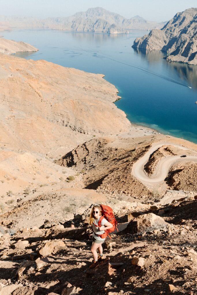 Joanna wandert nahe Khasab, auf der Halbinsel Musandam, einen Pfad hinauf.