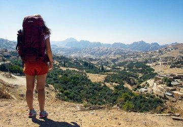 Tatonka The Trekkin' Crew - Roadtrip Jordanien - Maria blickt auf die Stadt Petra.