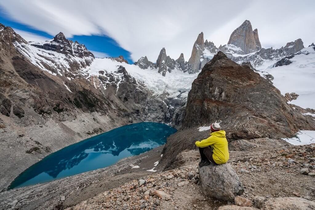 Katrin genießt an der Laguna de los Tres die Aussicht auf den Fitz Roy.