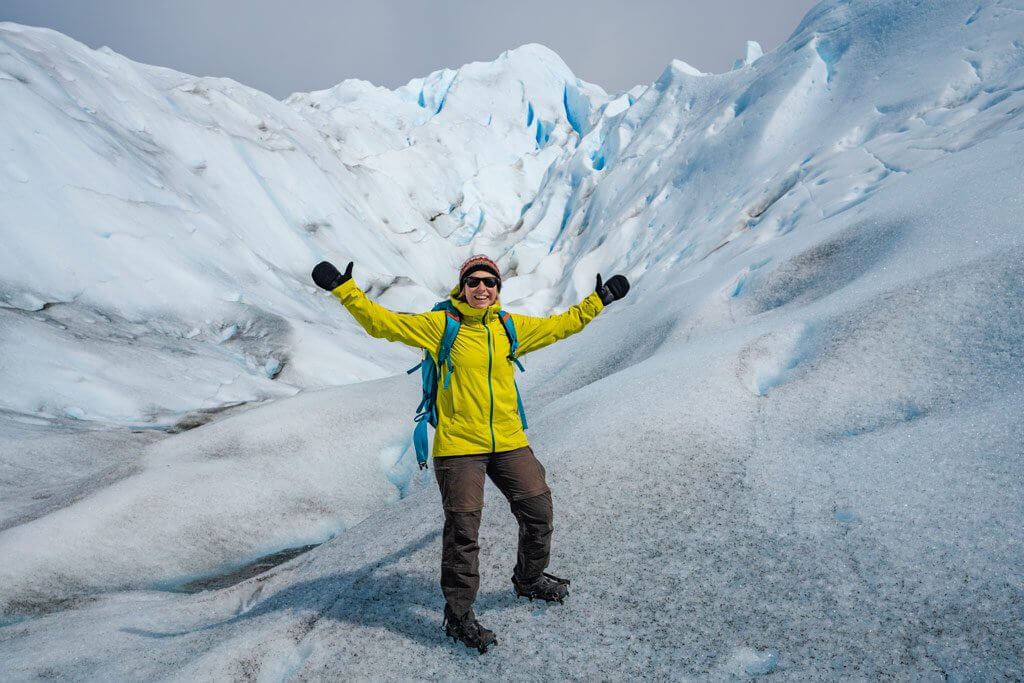 Mit Steigeisen und dicken Handschuhen ausgerüstet - Katrin am Perito Moreno Gletscher.