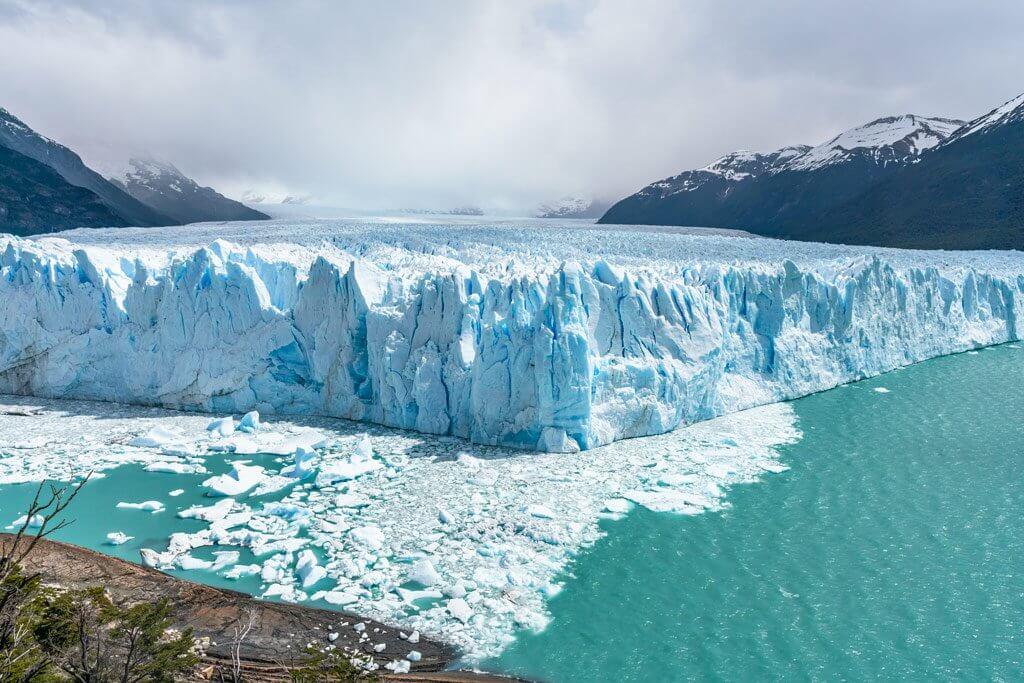 Blick von der Aussichtsplattform auf die Abbruchkante des Perito Moreno Gletschers.