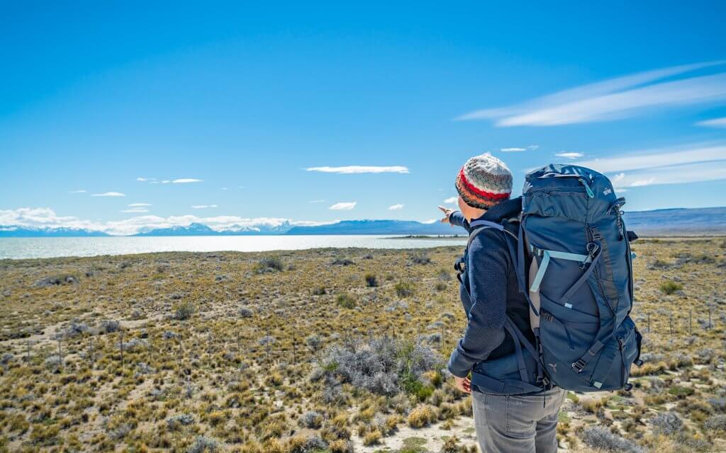 Katrin mit ihrem Tatonka-Yukon bepackt bei Puerto Natales.