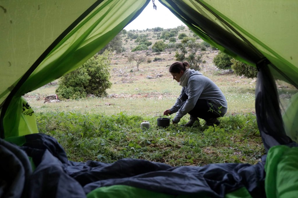 Jennifer beim Frühstück zubereiten während ihrer Trekkingtour entlang des Jordan Trails.