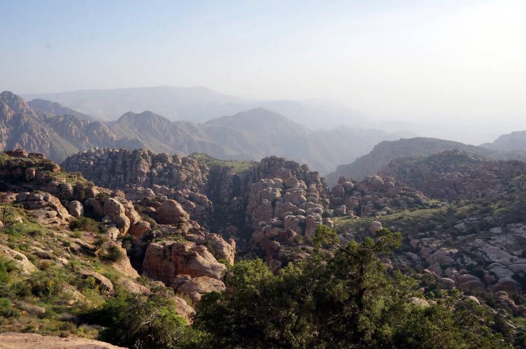 Grüne Landschaft im Dana-Nationalpark auf dem Weg von Dana nach Petra in Jordanien.