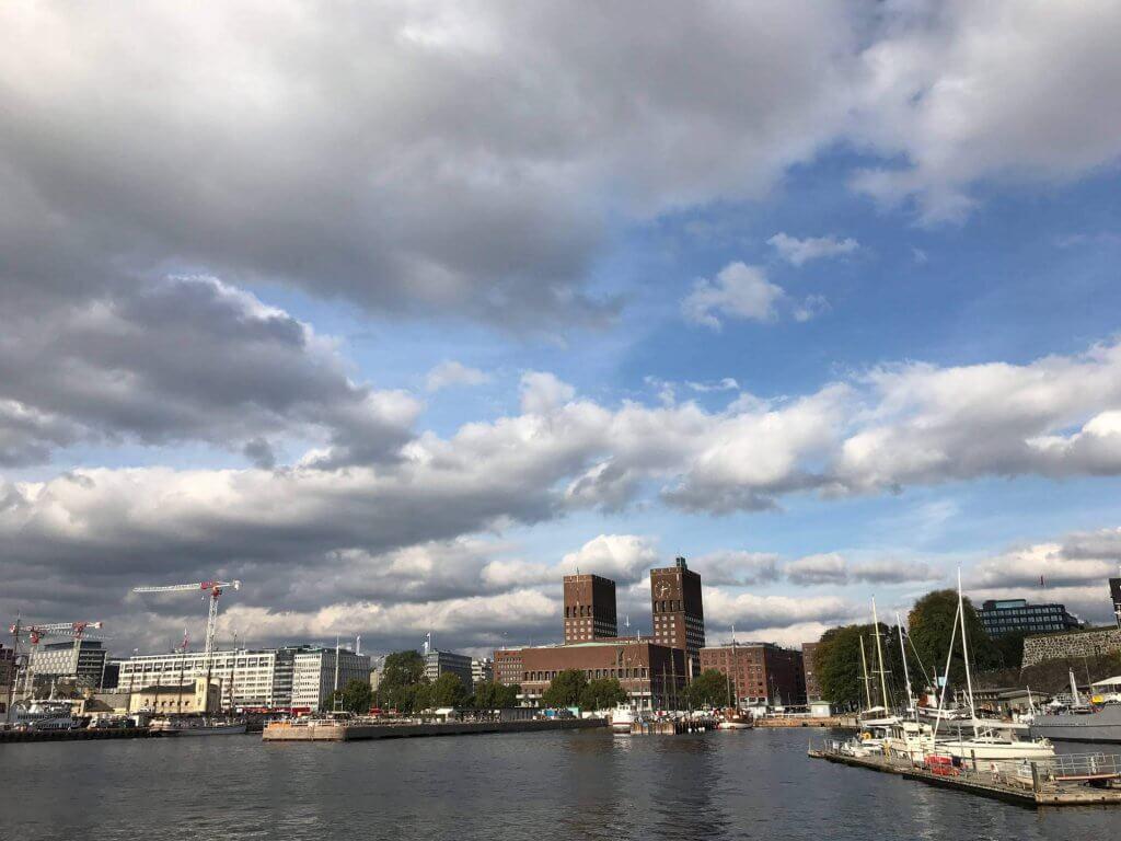 Blick von der anderen Uferseite auf das Rathaus Oslo.