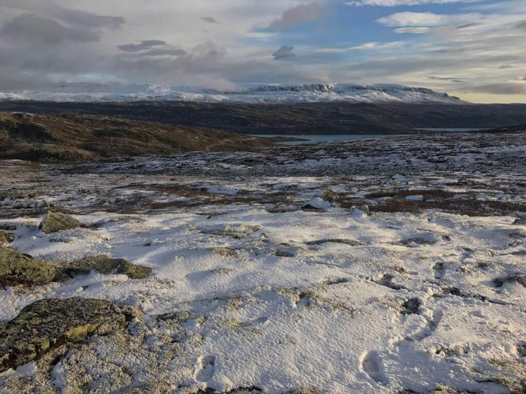 Die Hochebene Hardangervidda nach dem ersten Schnee im Oktober