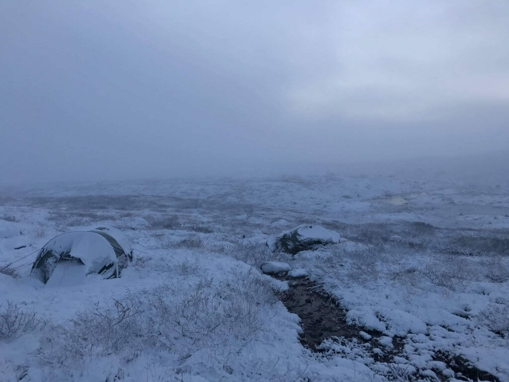 Trekkingtour in Norwegen - verschneites Zelt in der Hochebene Hardangervidda