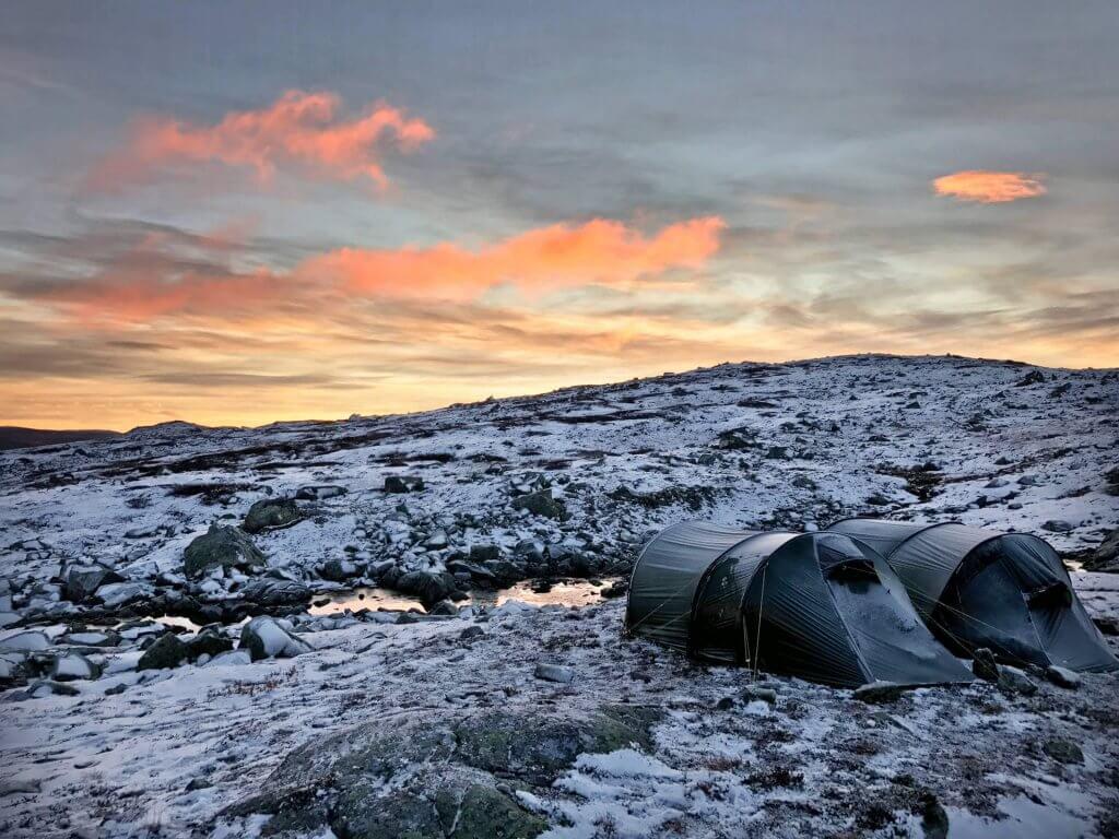 Zwei verschneite Tatonka-Zelte in der Hardangervidda