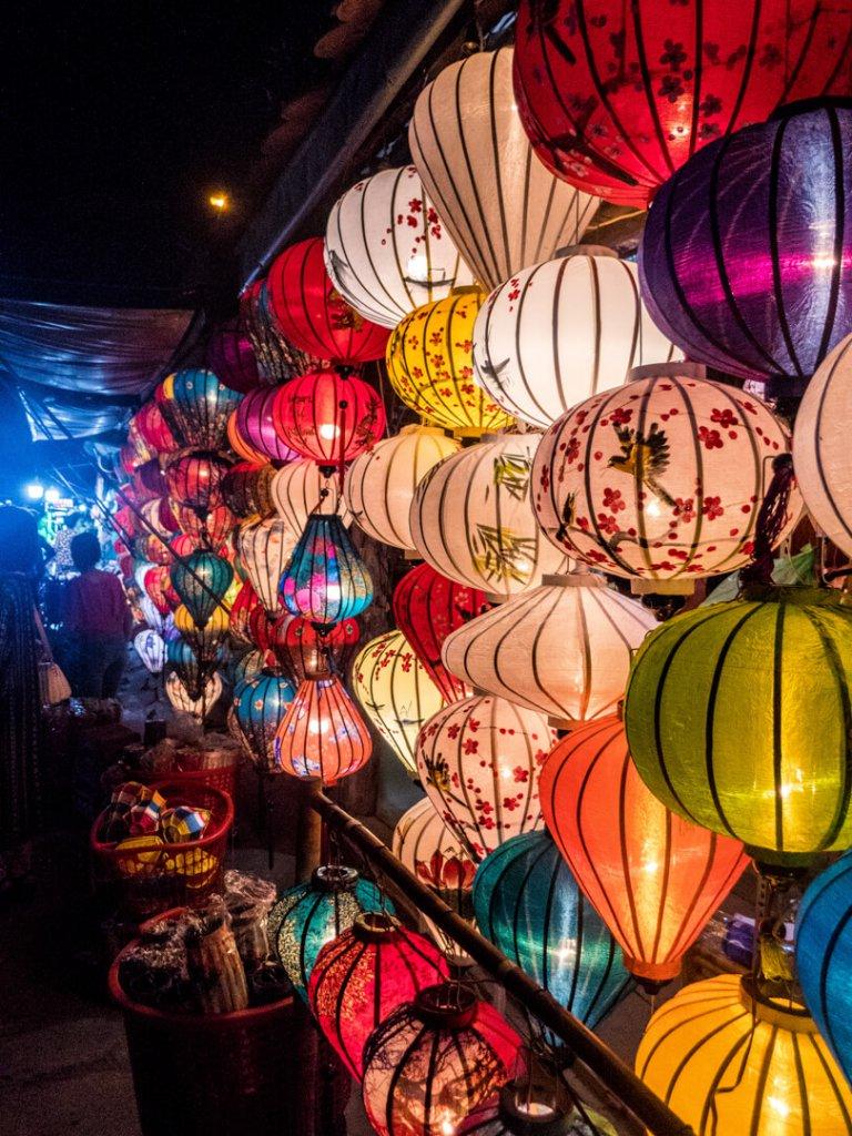 Bunte Lampen in der Altstadt von Hoi An in Vietnam.