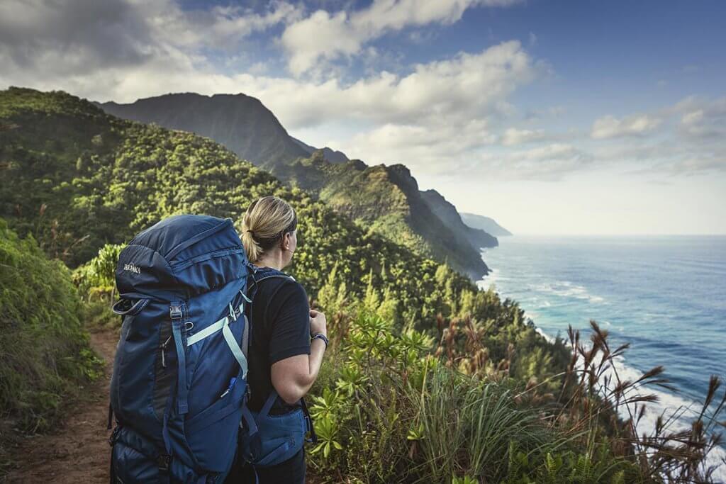 Katrin blickt auf die Na Pali Küste auf Kauai.