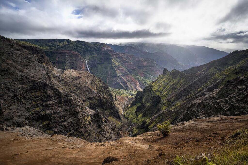 Wandern auf Hawaii - Tiefer Blick in die Schlucht des Waimea Canyons.