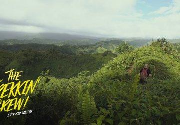Katrin auf dem Kuliau Ridge Trail mit Blick auf die saftig grünen Makahela Berge.