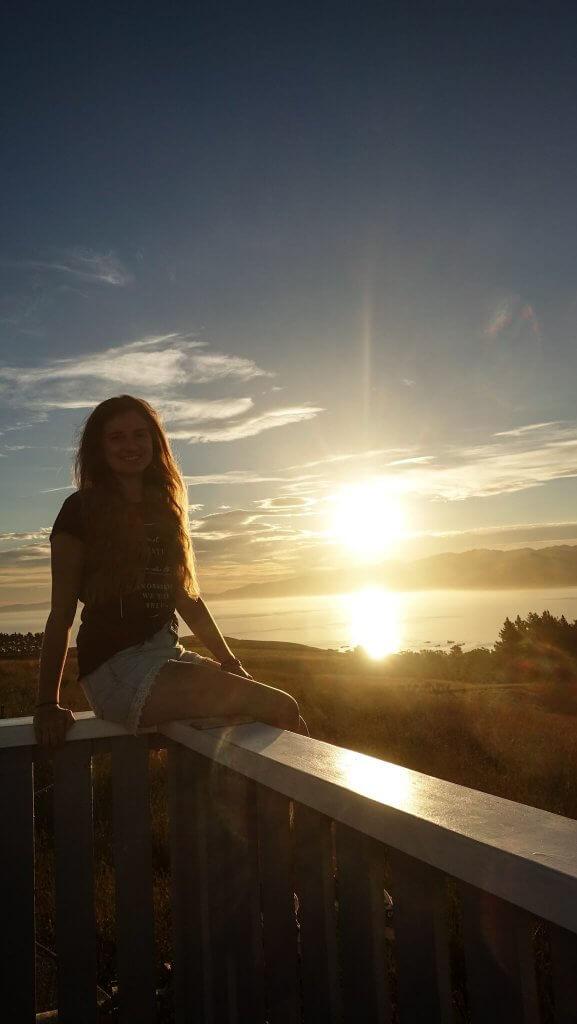 Sarah genießt den Sonnenuntergang in Kaikoura.